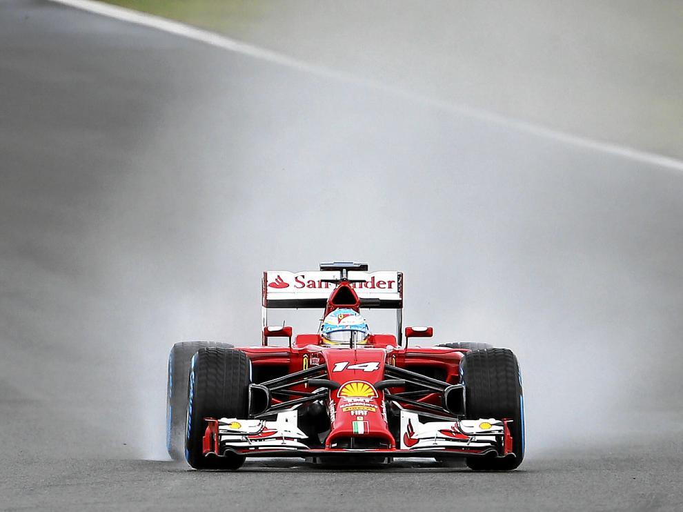 El piloto español Fernando Alonso, durante la clasificación de ayer en el GP de Gran Bretaña, en Silverstone.