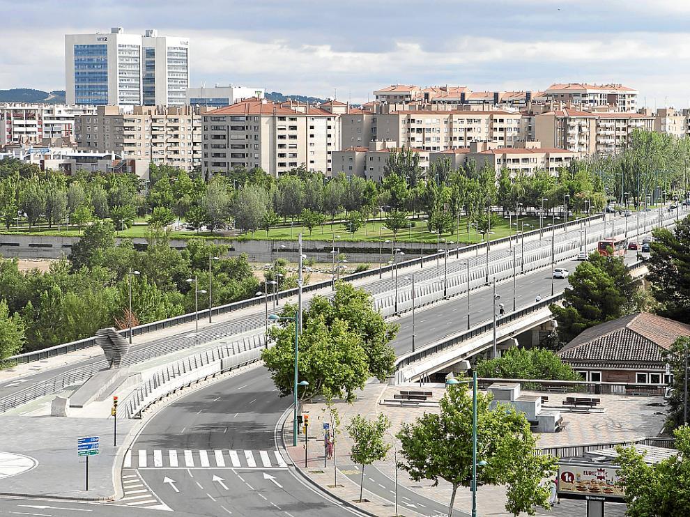 Se va a reconstruir una placa de hormigón (de un metro cuadrado) en la parte inferior del tablero. «Su misión no es aportar resistencia sino servir de encofrado al paso sobre el Ebro», explican desde el área de Infraestructuras.