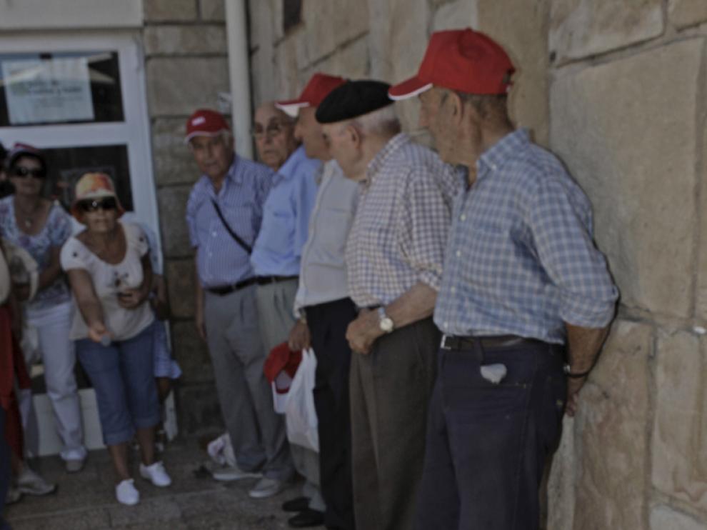 Un grupo de jubilados jugando al tradicional juego de 'La rana'