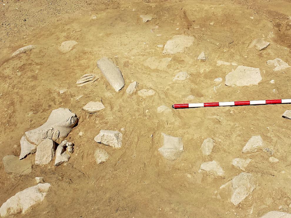 Los arqueólogos han llegado a un nivel en el que aparecen numerosos fragmentos de esculturas romanas. Cada uno de ellos es extraído con cuidado. Todo el proceso se documenta.
