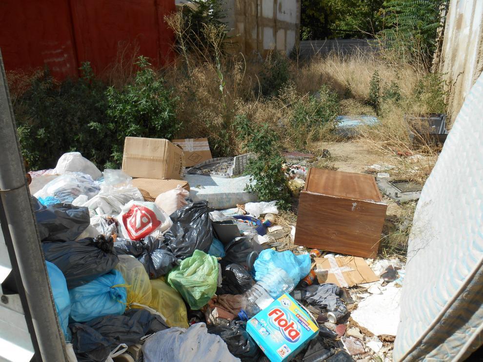 Los vecinos del barrio de Jesús denuncian la suciedad y la maleza en varios solares