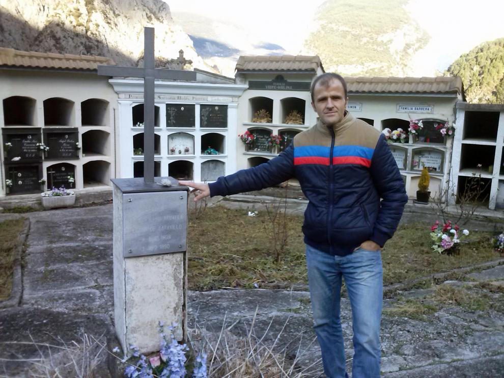 Maxi Campo junto a la Cruz en memoria de Mosén Bruno en el Cementerio de Saravillo