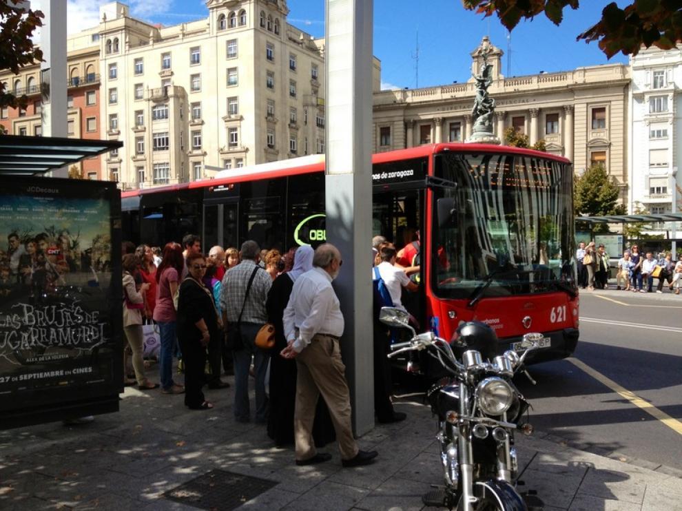 Un autobús en la parada de plaza de España.