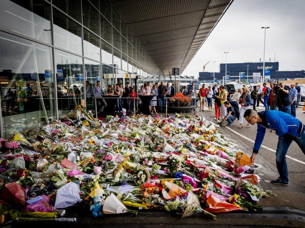 Flores en el aeropuerto de Ámsterdam en memoria de las víctimas