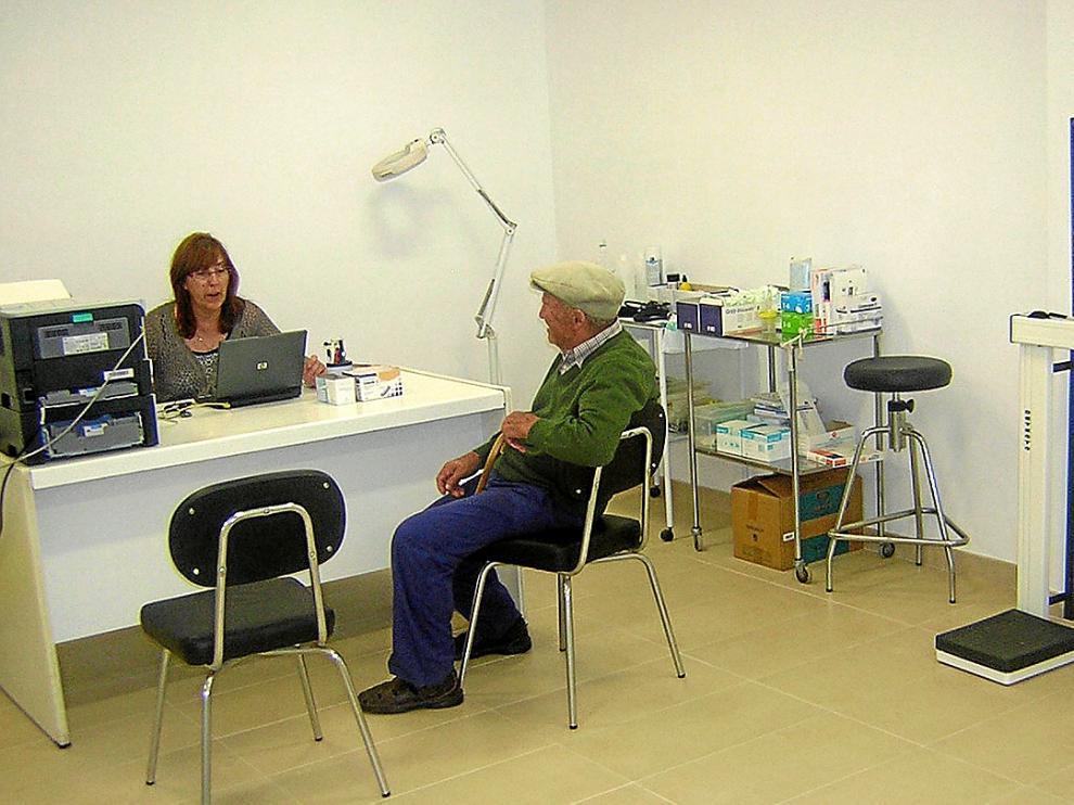 Un vecino es en el consultorio médico de Viver de la Sierra.