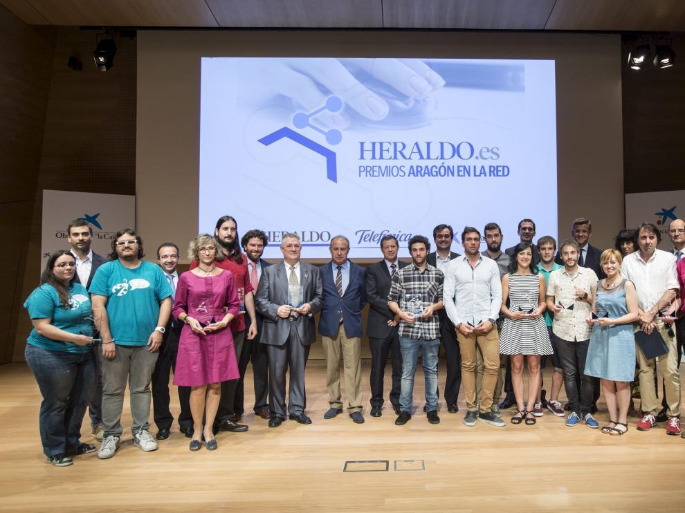 Foto de familia de los galardonados en los premios Aragón en la Red