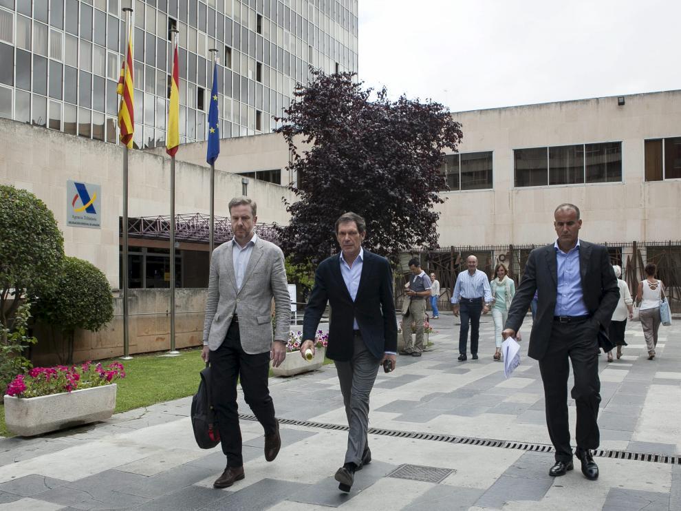 José Guerra, Javier Lasheras y Luis Gamón salen de la Agencia Tributaria el pasado 4 de julio