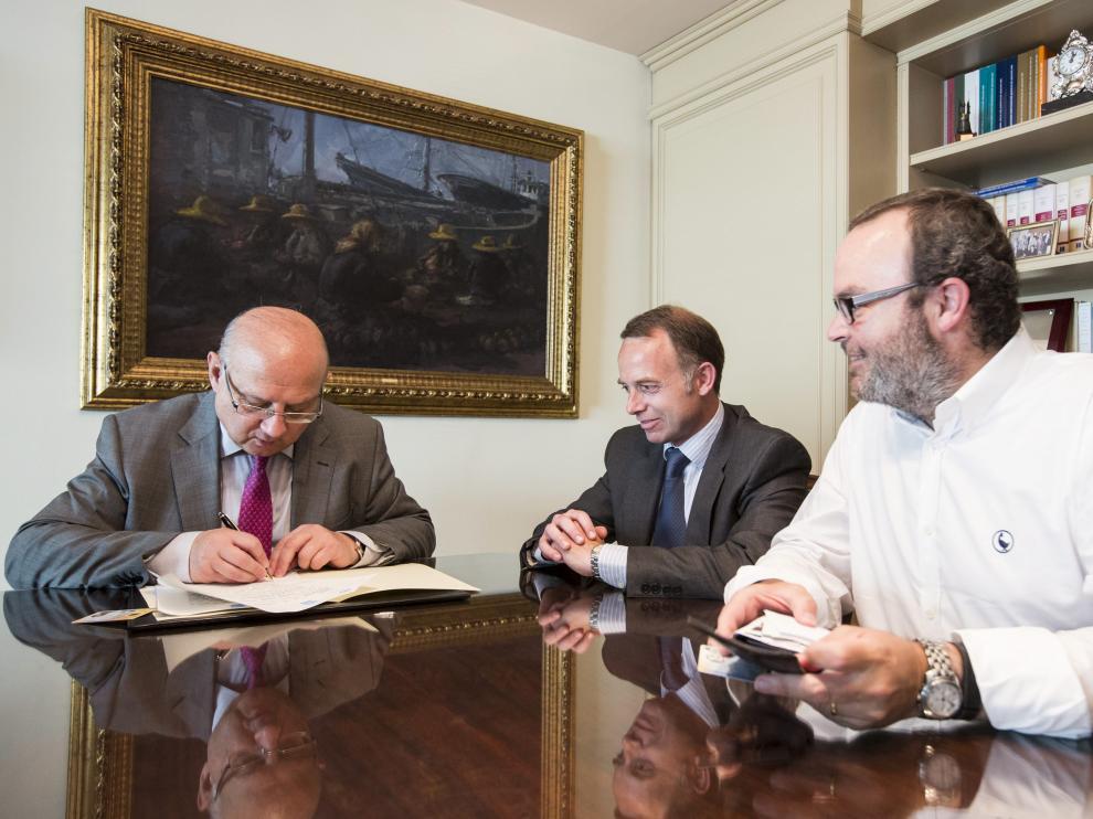 El notario Honorio Gómez, Christian Lapetra y Fernando Sainz de Varanda, en la constitución de la Fundación Zaragoza 2032.