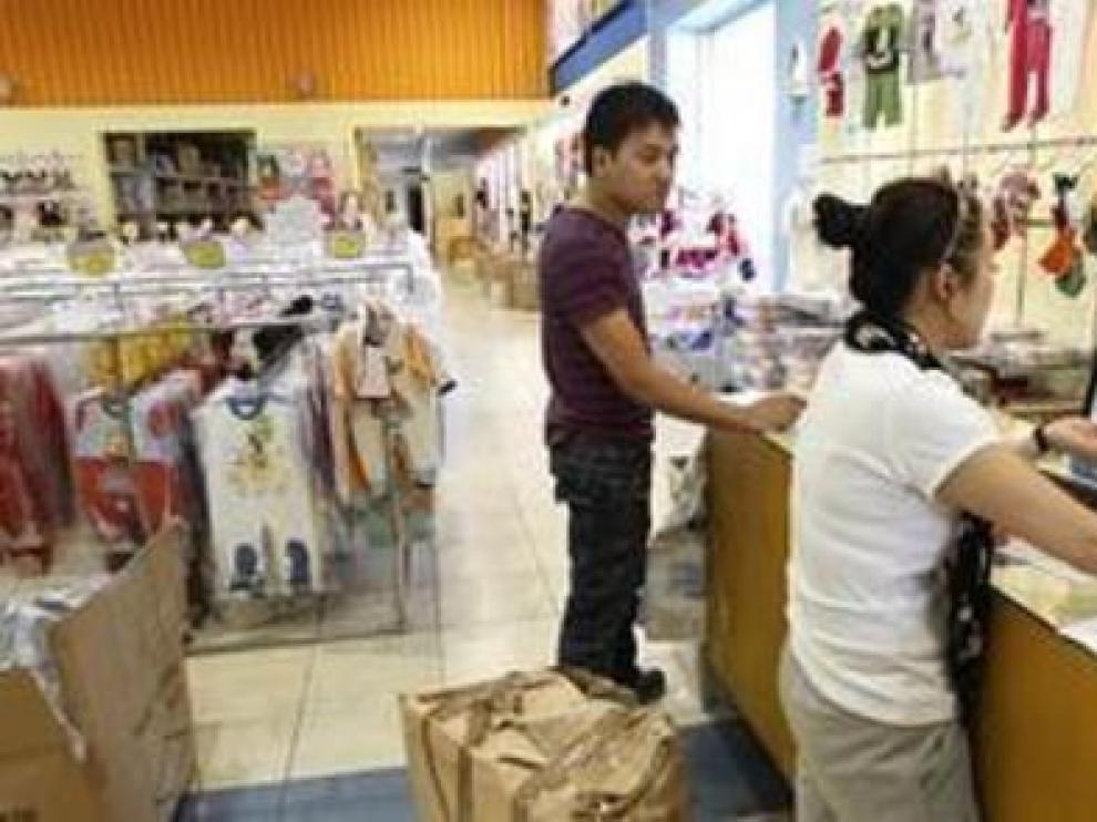 Trabajadores en un comercio chino