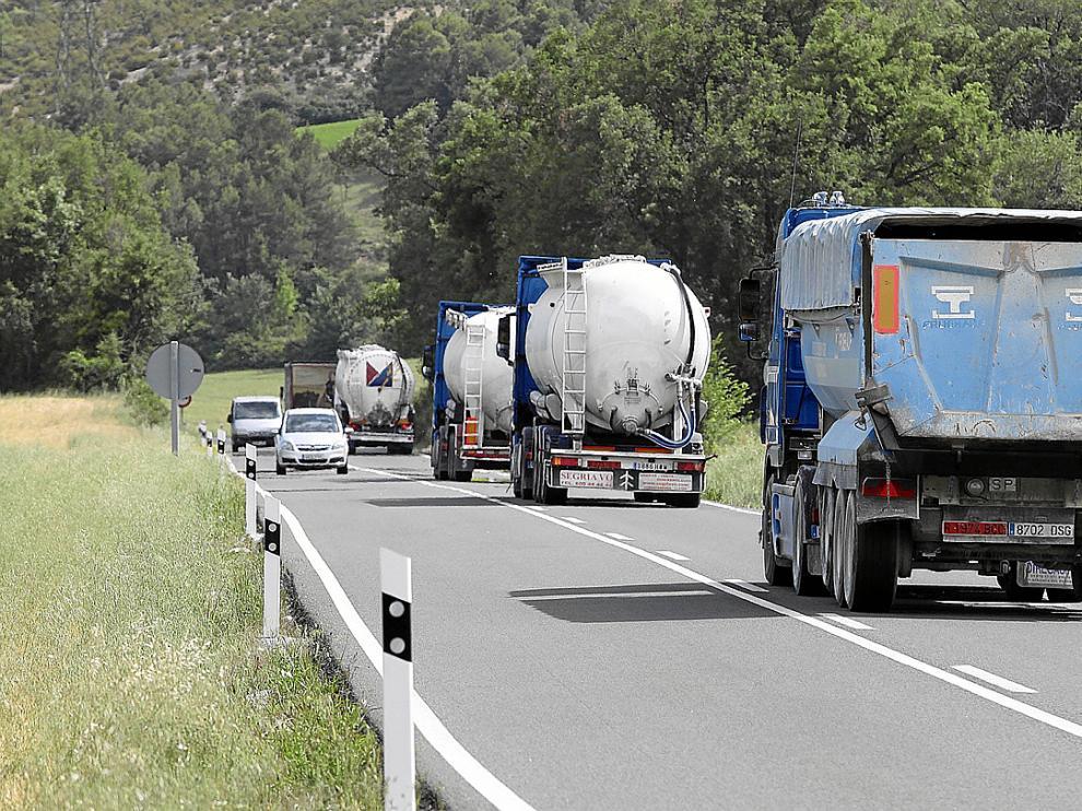 El tráfico de camiones es intenso en la carretera N-230 a su paso por la provincia.