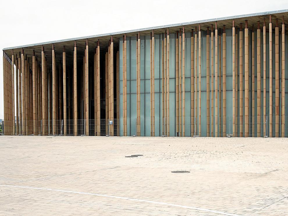 El pabellón de España está vallado para evitar el vandalismo y la caída de cascotes procedentes de la parte superior de las columnas.