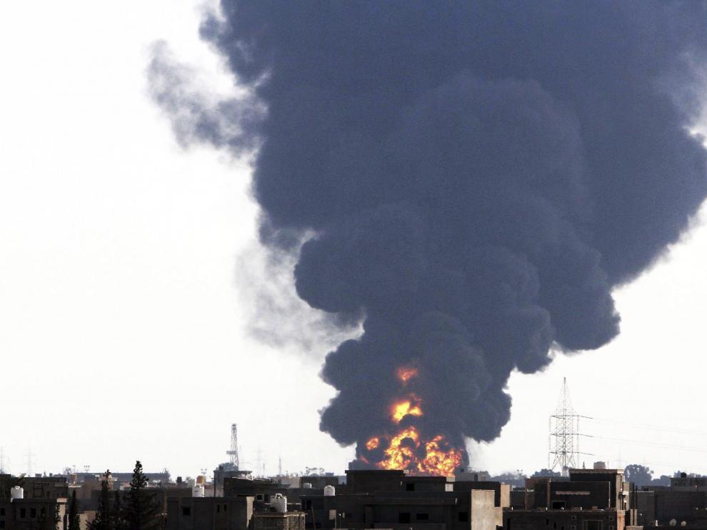Un misil provocó un incendio en el aeropuerto de Trípoli