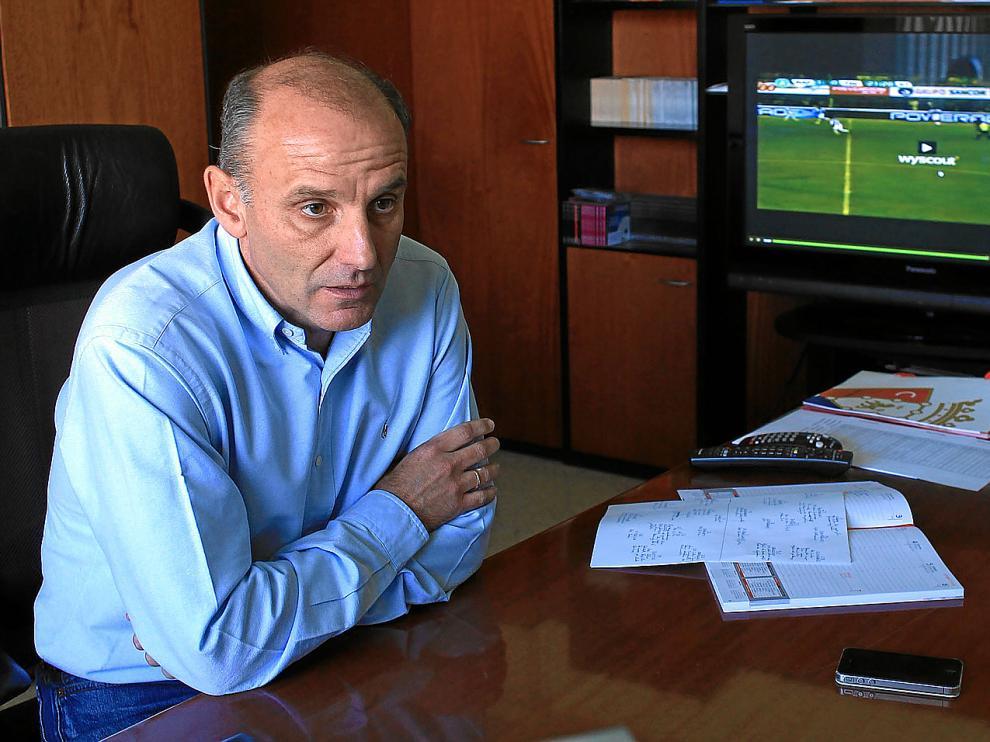 Ángel Martín González, en su despacho, en una imagen reciente cuando ejercía como director deportivo del Osasuna.
