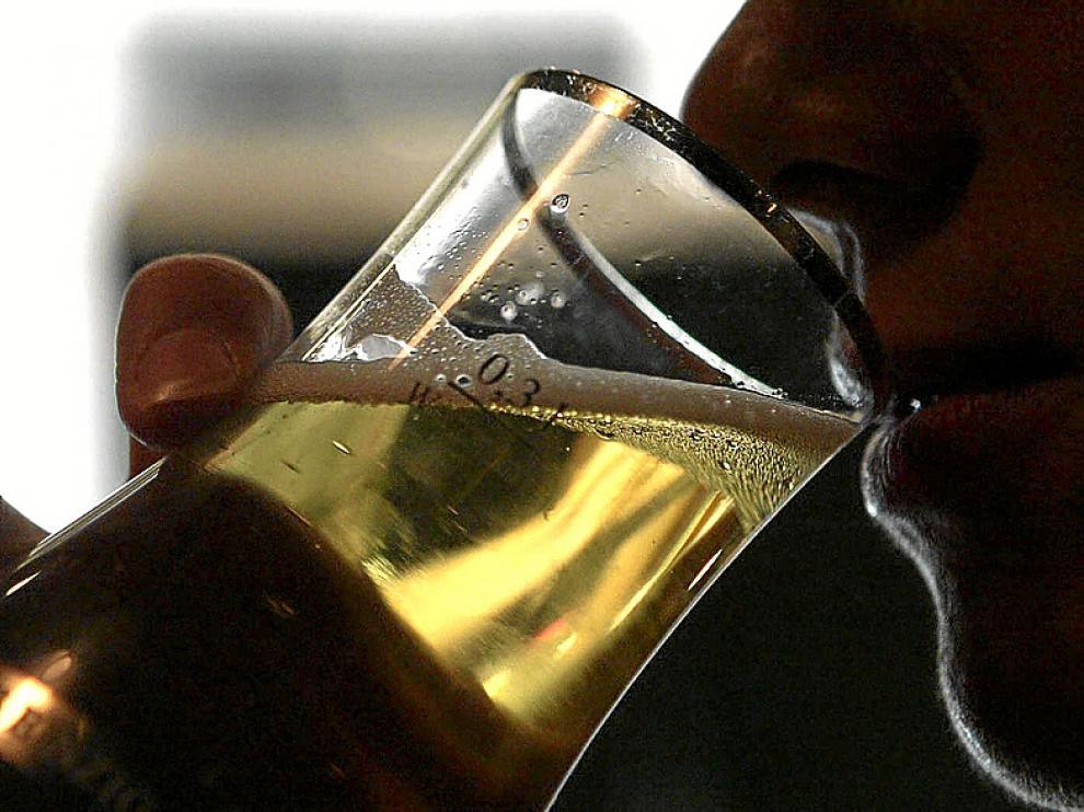 Es la bebida más antigua obtenida por fermentación, proceso que convierte los azúcares en alcohol.