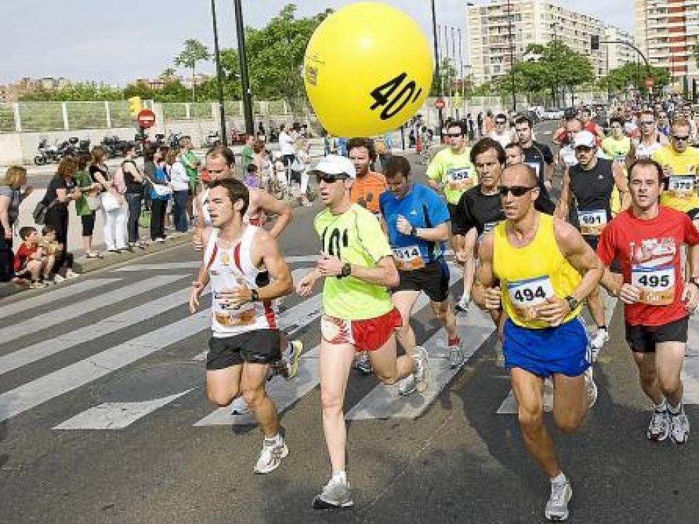 Un grupo de corredores en la 10k Zaragoza.