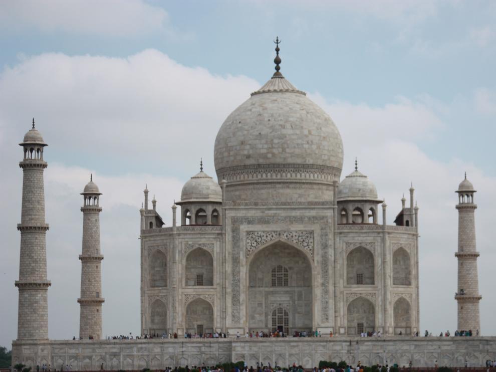 Agra es conocida como la ciudad del Taj Mahal, situado a orillas del río Yamuna.