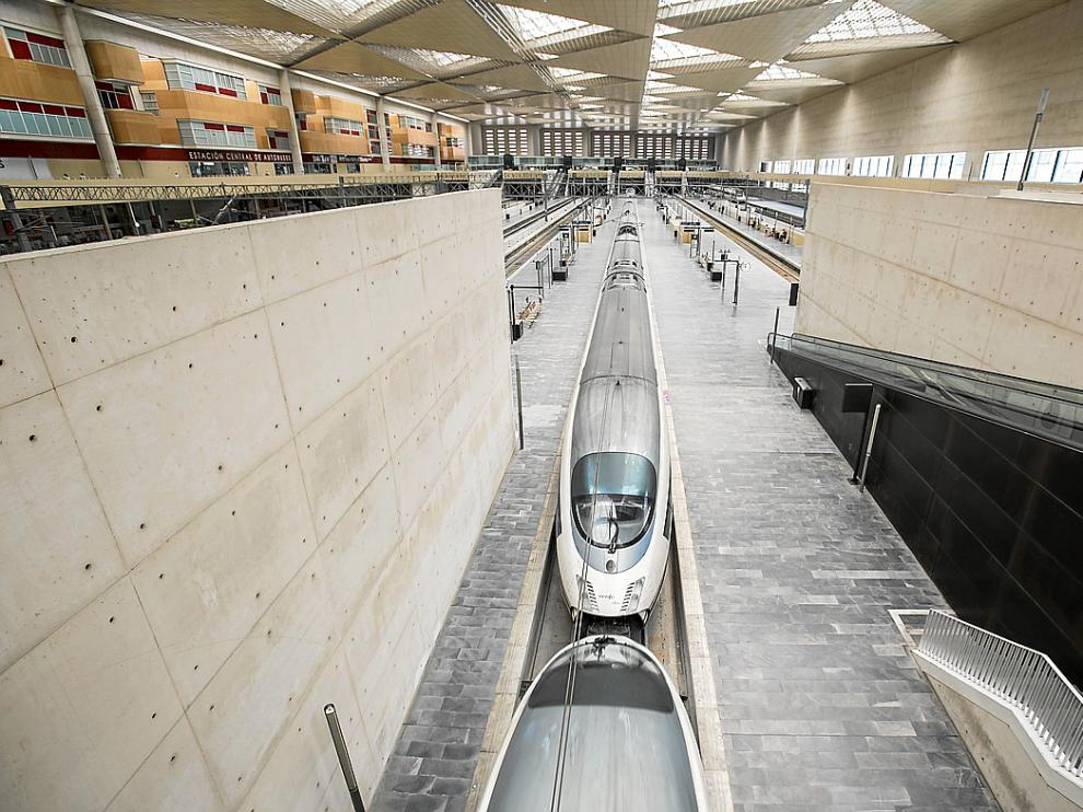 Una doble composición del AVE Madrid-Zaragoza-Barcelona, en la estación de Delicias.