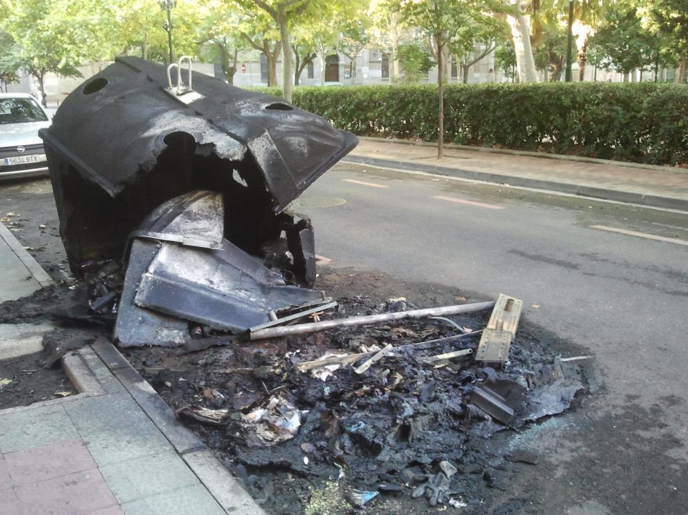 Contenedor quemado en la plaza de Los Sitios.