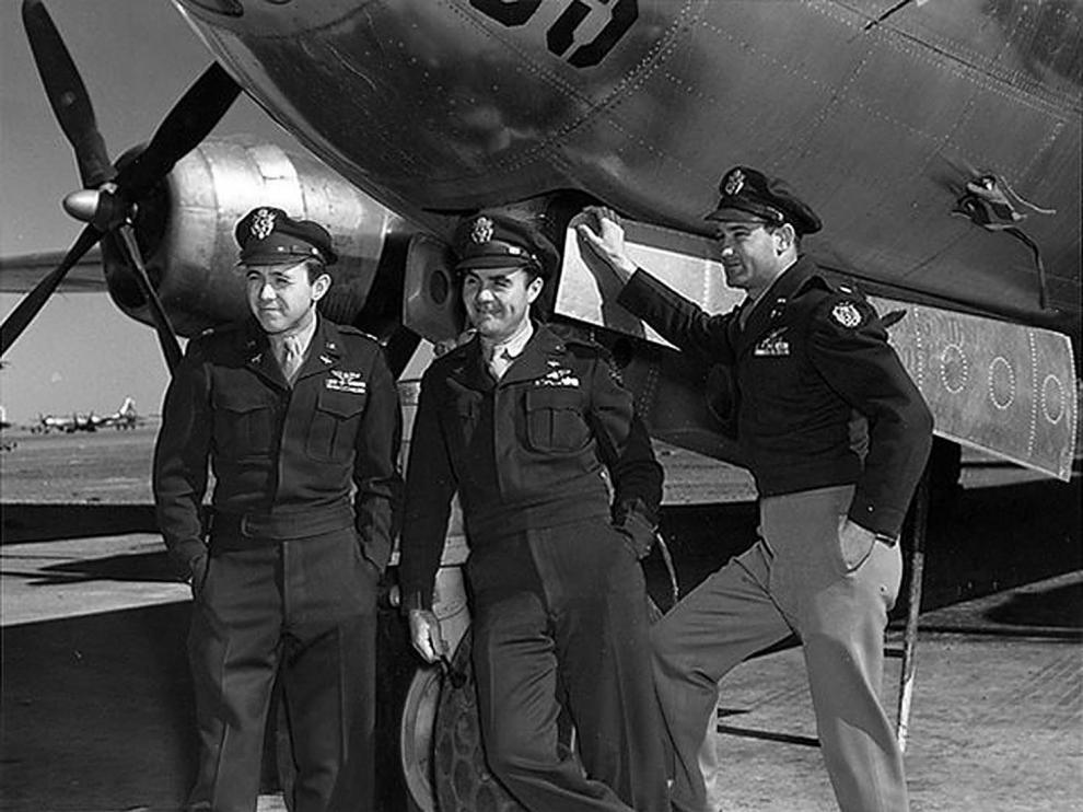 Imagen de 1945, donde aparece parte de la tripulación del Enola Gay. Theodore Van Kirk es el primero por la izquierda.