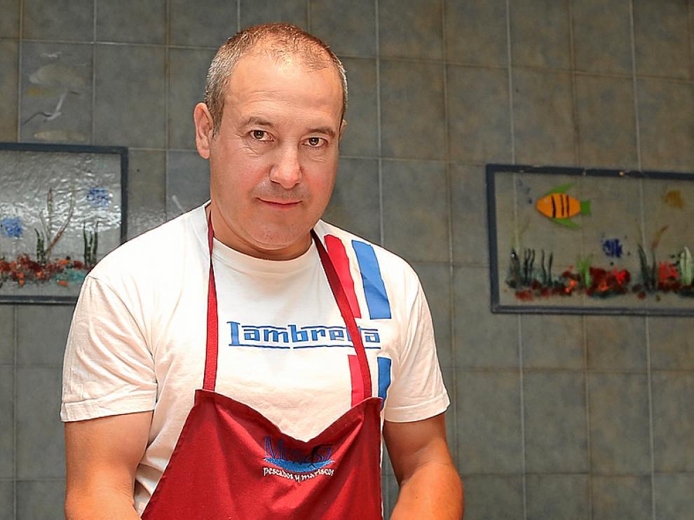 Ángel Muñoz, dueño de pescados Muñoz, muestra un ejemplar de cabracho
