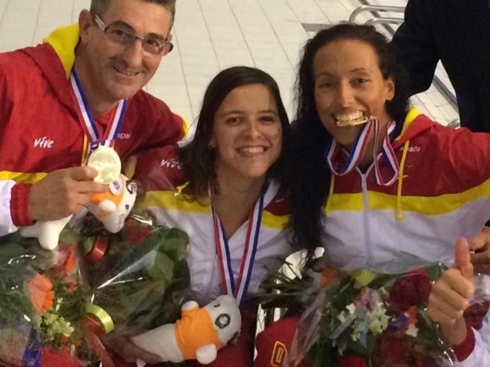 Teresa Perales celebra la medalla con sus compañeros