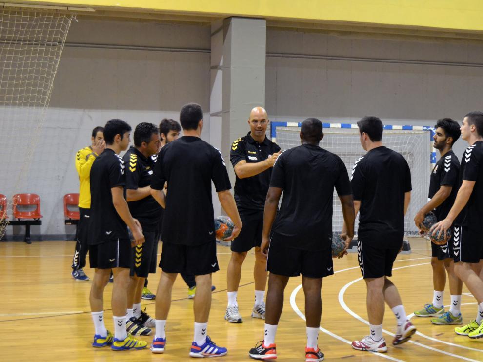 Demetrio Lozano y los jugadores, en la cancha