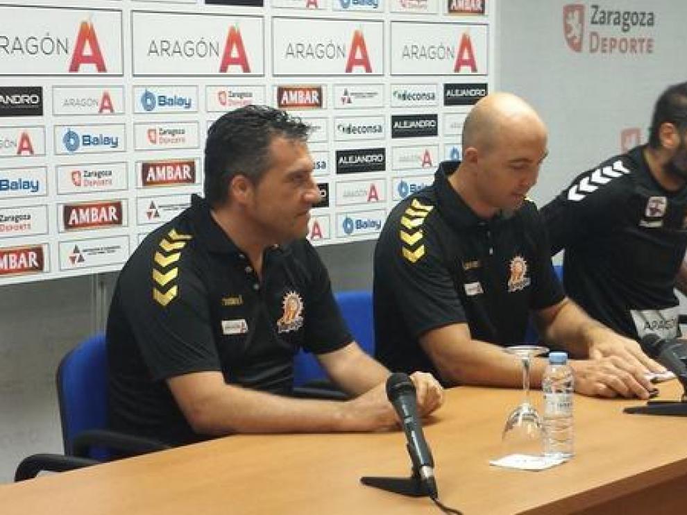 Demetrio Lozano, en el medio, durante una rueda de prensa
