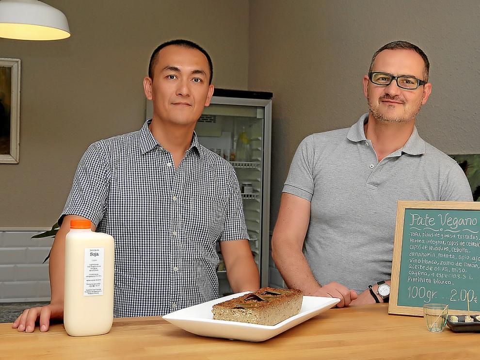 Sean Lo y Jesús Alonso ante un plato de paté vegano