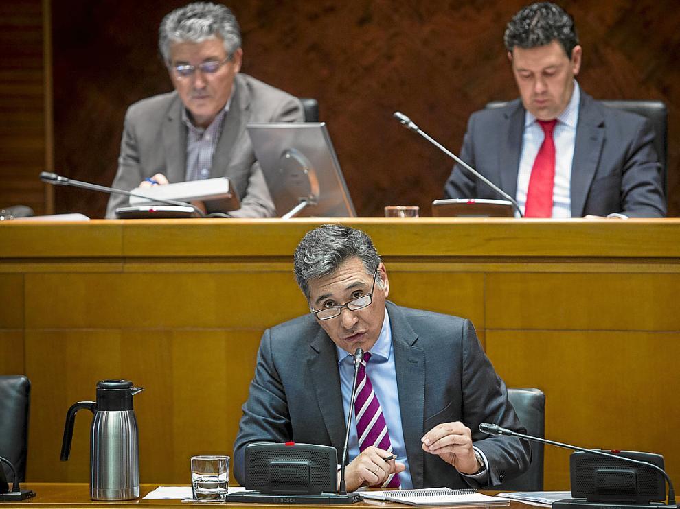 El consejero de Sanidad, Ricardo Oliván, durante una comparecencia en una comisión de las Cortes.
