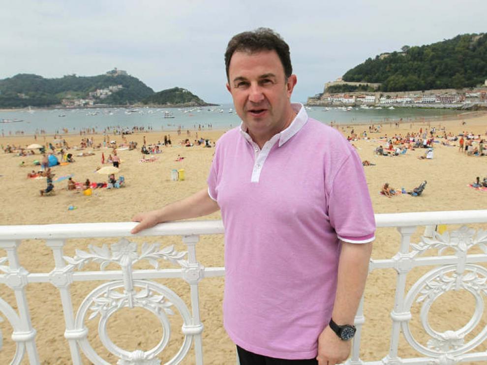 Martín Berasategui posa en la playa de la Concha de San Sebastián