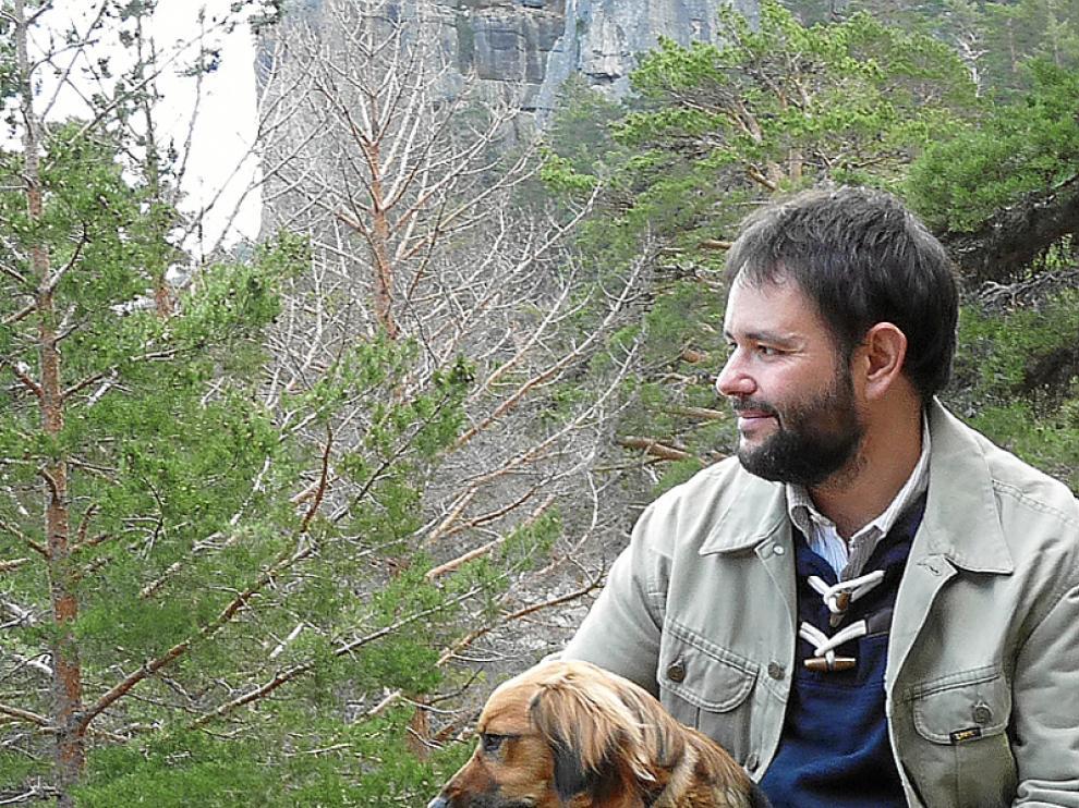 Ignacio Javier Gil Crespo junto a su perro en la Laguna Negra.