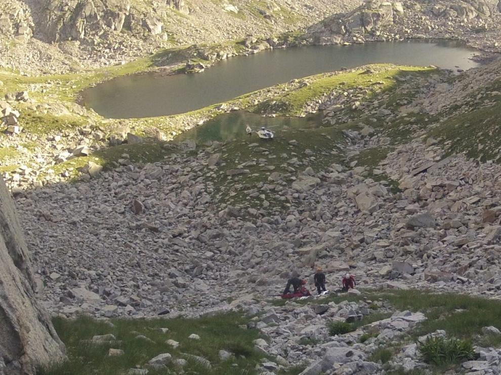 Los agentes (en la pedreguera) recogen el cadáver del montañero fallecido en Vallibierna.