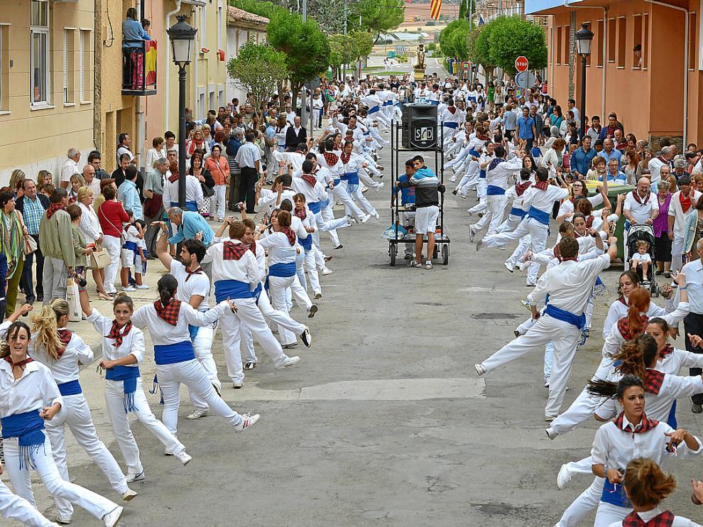 Vecinos y visitantes presenciaron ayer el dance, declarado Fiesta de Interés Turístico de Aragón.
