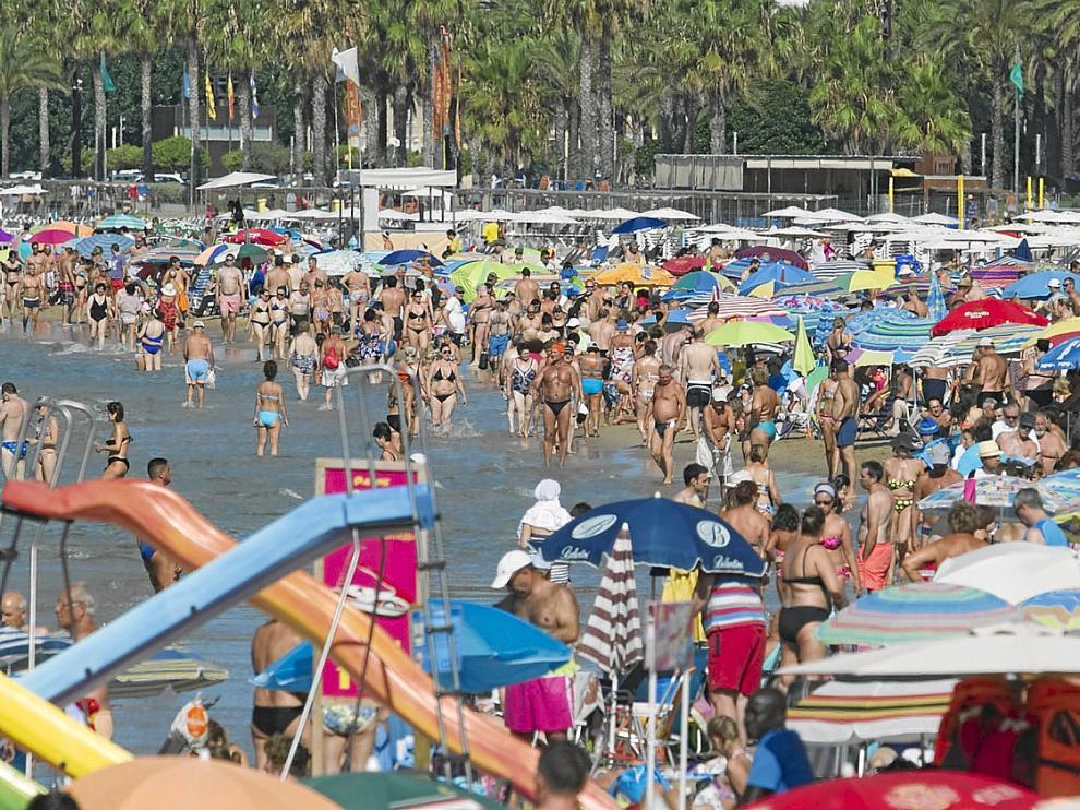 Los hoteles de la Costa Dorada están este puente al 100%. En la imagen, la playa de Levante de Salou, ayer a primera hora.