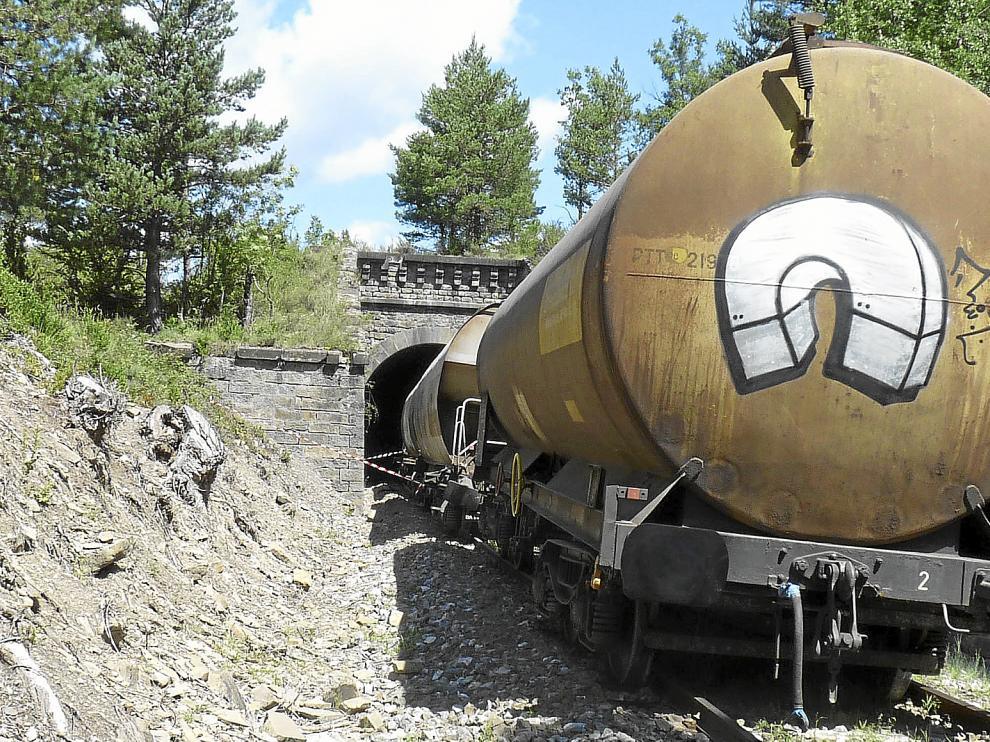 El tren descarriló a la entrada de un túnel en Castiello y cuatro de los 14 vagones se encuentran en el interior.