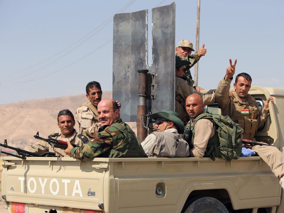 Las fuerzas kurdas iraquíes desplazándose para el combate