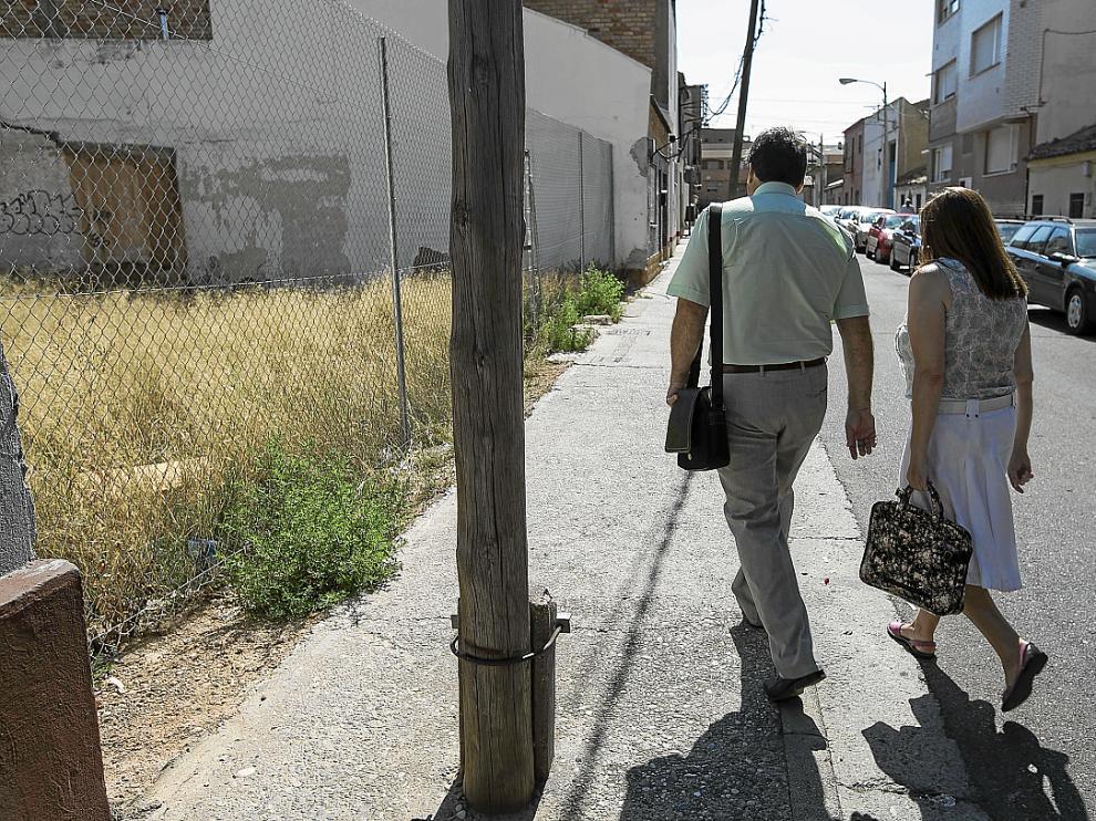 Solares vacíos y postes en las aceras en las calles interiores de Valdefierro.