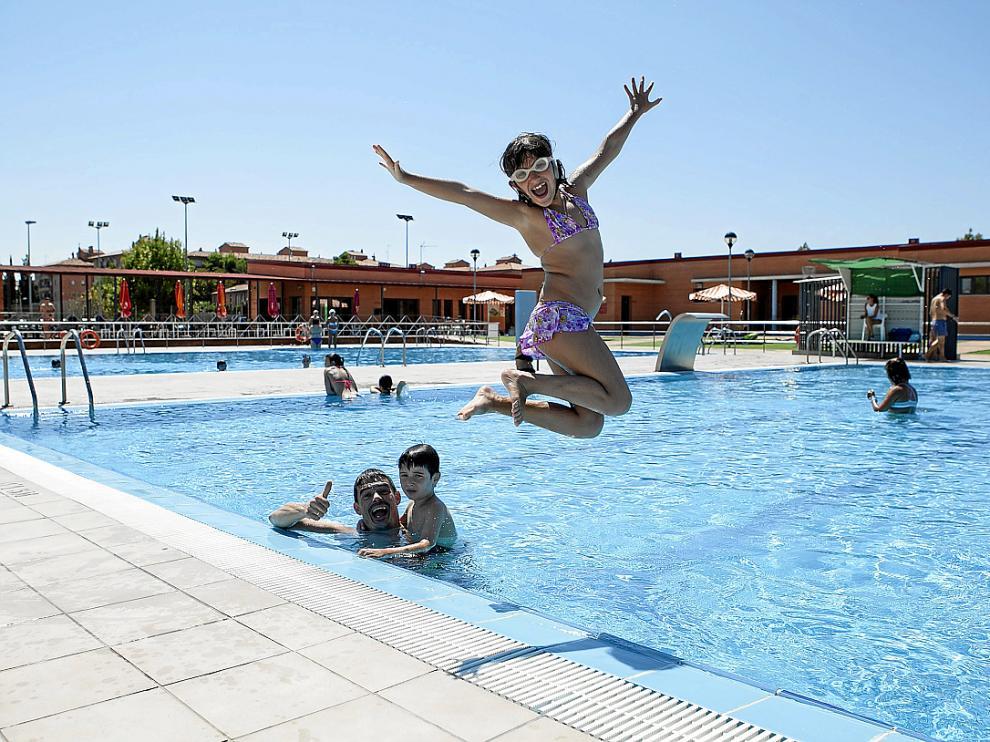 Una familia haciendo uso ayer de las instalaciones deportivas de La Cartuja Baja.