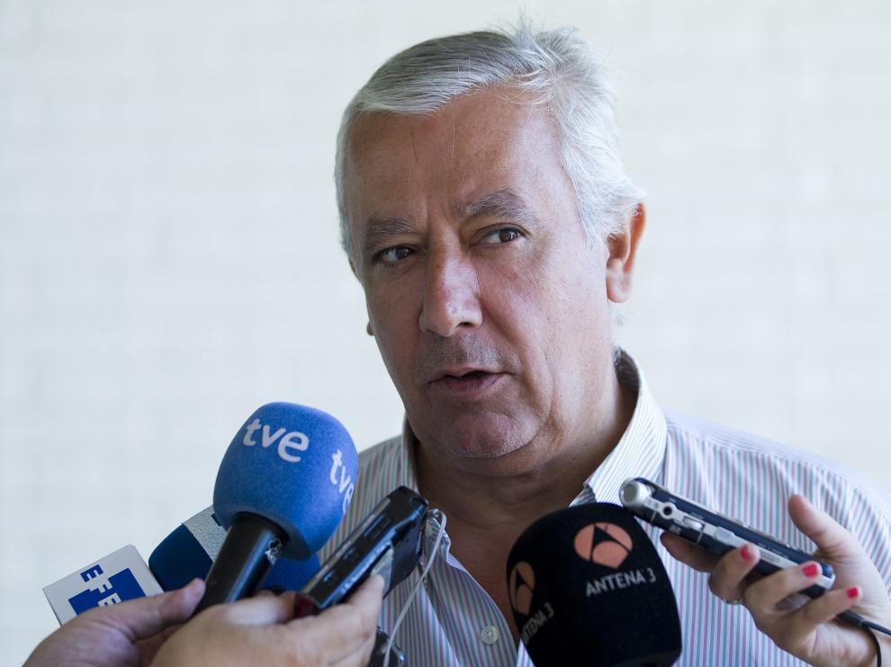 Javier Arenas, entrevistado por los medios.