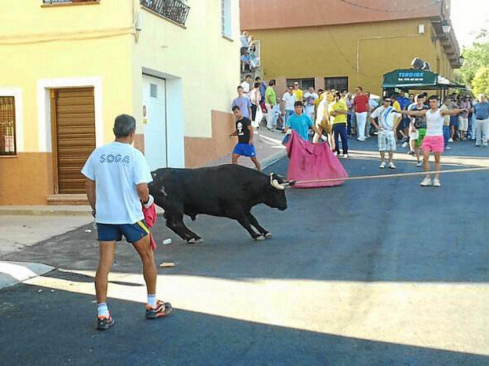 El toro ensogado recorrió las calles de Cella.