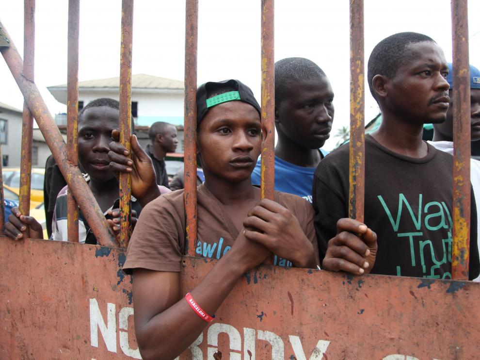 Residentes en Guinea, en el West Point, esperan que les sean entregados alimentos como parte del plan de cuarentena