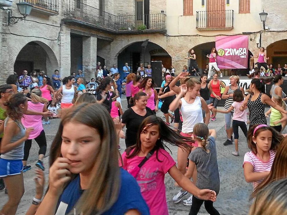 Jóvenes de Borja bailaban ayer zumba en la plaza del Mercado.