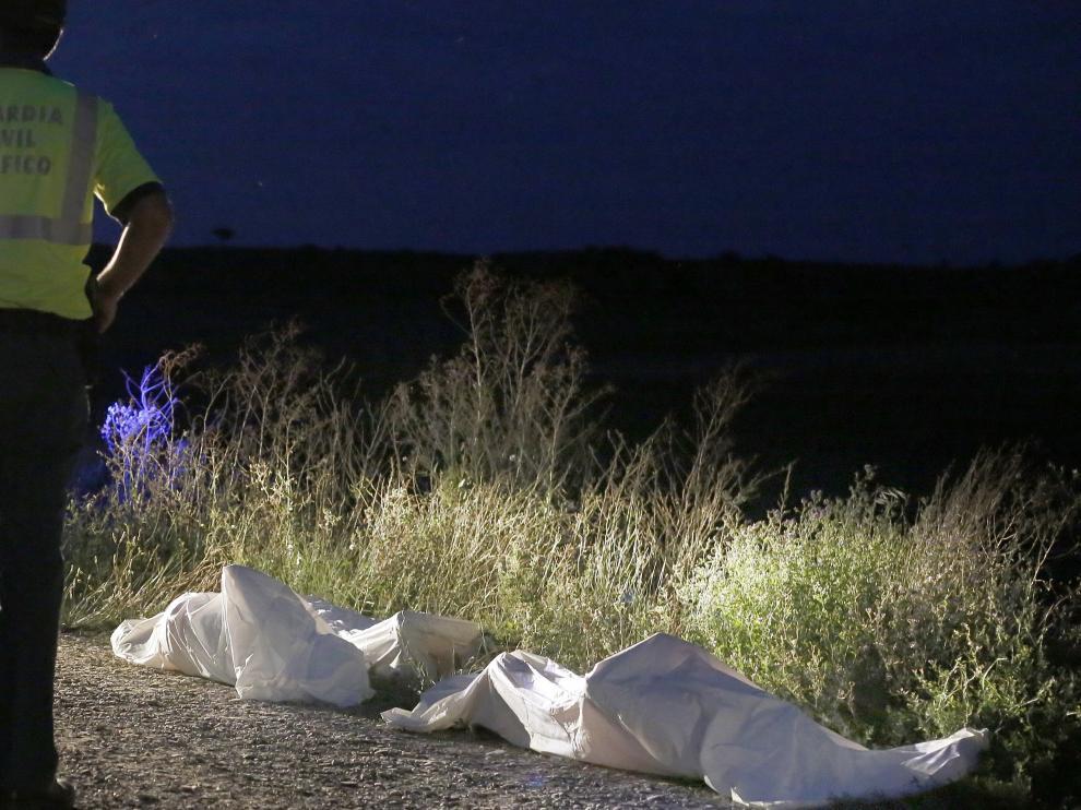 Los cadáveres de las víctimas fueron depositados en el camino del que se salió el vehículo, a la espera de ser trasladados.