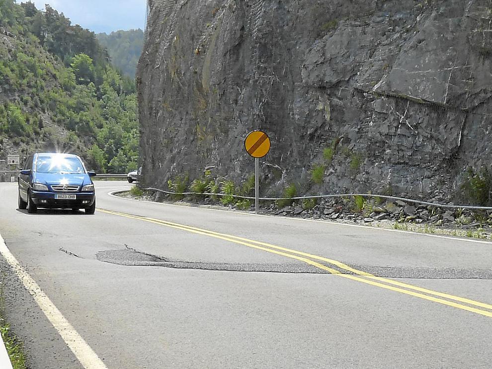 Una de las deformaciones que presenta la carretera A-136 entre Escarrilla y el Portalet.