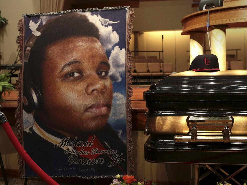 Féretro con los restos mortales del joven Michael Brown