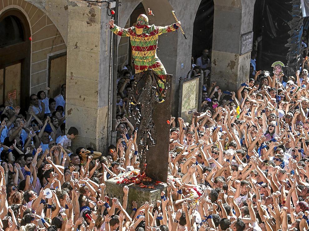 El Cipotegato subido a la estatua de la plaza de España tras hacer el recorrido por las calles de Tarazona.