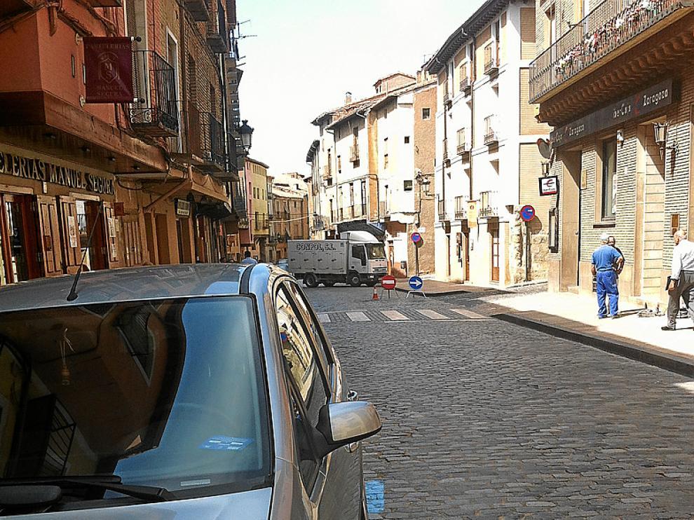 En la imagen, un vehículo estacionado en la calle Mayor de Daroca, ayer. Al fondo, las señales que indican el desvío de vehículos por la calle de Juan de la Huerta.