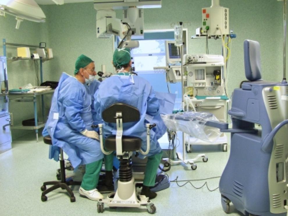 Imagen de archivo de dos especialistas trabajando en un quirófano