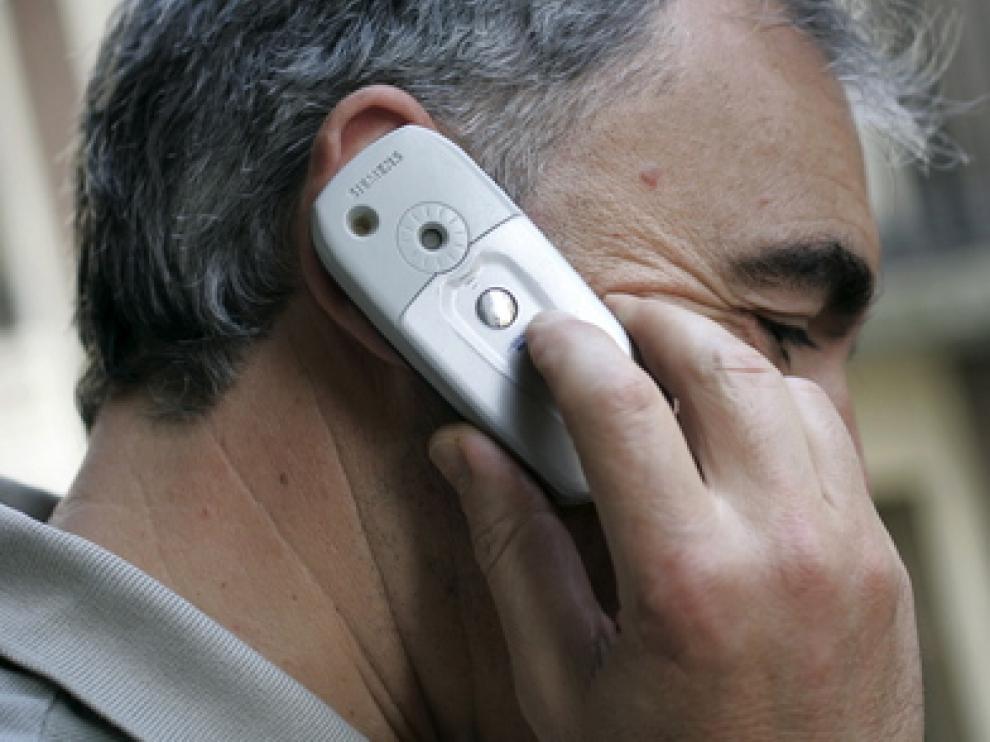 Una persona habla a través de su teléfono móvil.