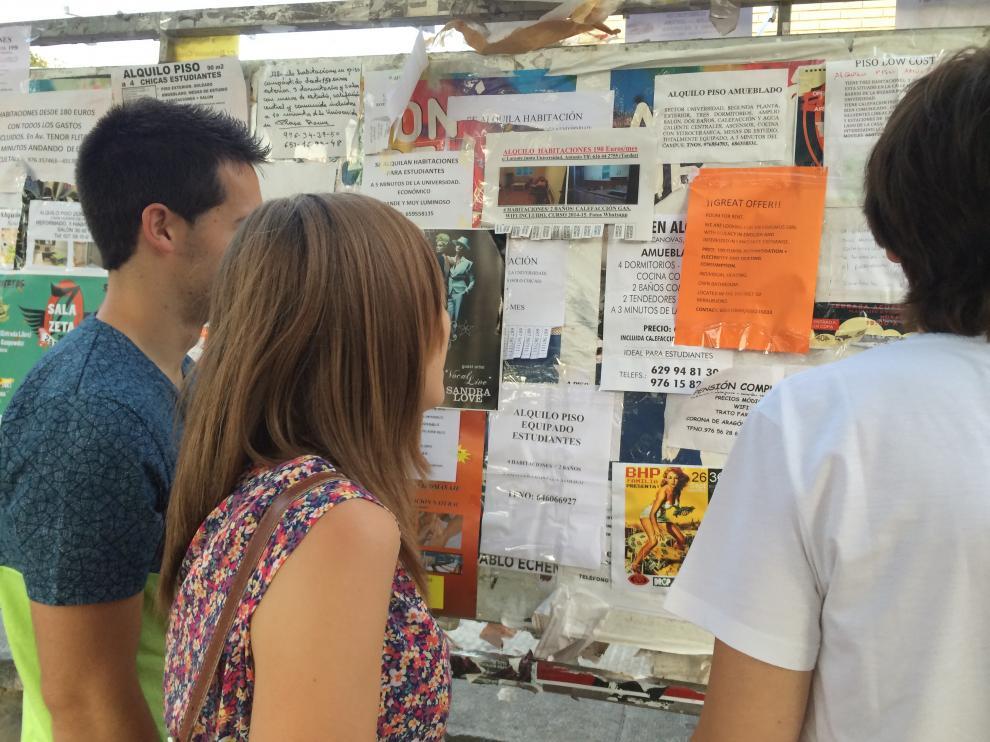 Varios estudiantes buscan piso en Zaragoza
